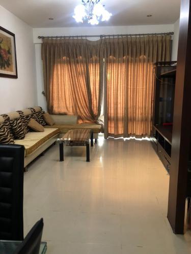 Căn hộ chung cư Tản Đà Court tầng 8, đầy đủ nội thất.