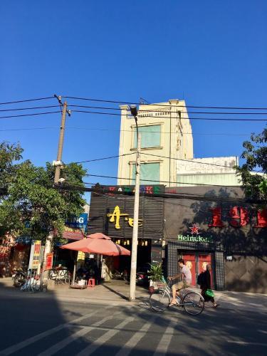 Bán nhà phố cách cầu Bình Triệu 150m, diện tích đất 199m2, diện tích sàn 741m2, nội thất cơ bản, sổ hồng đầy đủ.