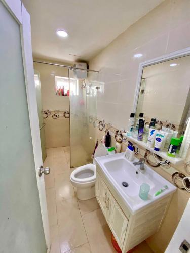 Phòng tắm căn hộ Oriental Plaza, Tân Phú Căn hộ chung cư Oriental Plaza hướng Tây Nam, view thành phố sầm uất.