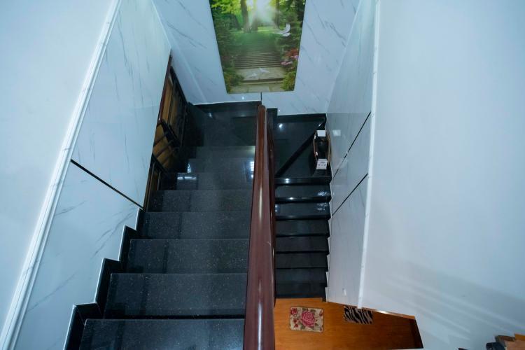 Cầu thang nhà phố quận 2 Nhà hẻm 2m Quận 2,  đầy đủ nội thất, có sân rộng trước nhà.