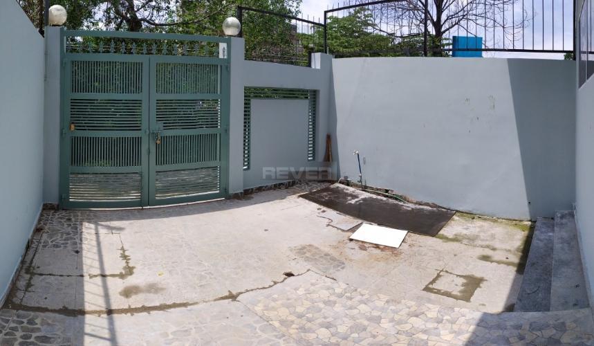 Sân trước nhà phố Thảo Điền, Quận 2 Nhà phố mặt tiền khu Thảo Điền, hướng Đông, rộng 120m2.