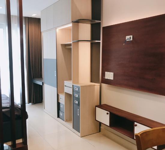 Phòng khách office-tel Sky Center, Tân Bình Office-tel chung cư Sky Center view nội khu hồ bơi, hướng Tây Nam.