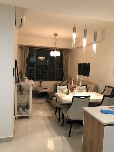 Phòng khách River Gate, Quận 4 Căn hộ Rivergate Residence tầng trung, view Bitexco lung linh về đêm.