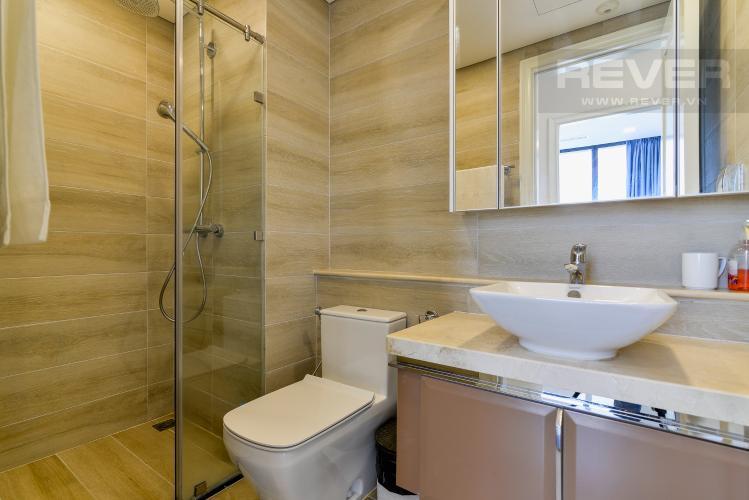 Phòng Tắm 1 Bán hoặc cho thuê căn hộ Vinhomes Golden River 2PN tầng trung, đầy đủ nội thất, view sông Sài Gòn và Landmark 81