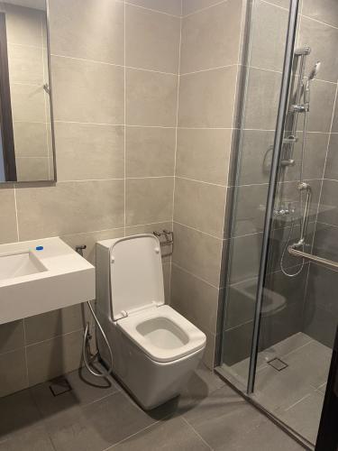 Phòng tắm căn hộ One Verandah, Quận 2 Căn hộ One Verandah view thành phố mát mẻ, đầy đủ nội thất.