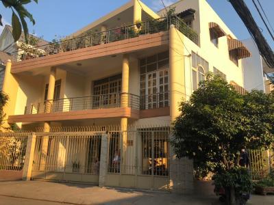 Cho thuê nhà phố mặt đường Nguyễn Văn Quỳ, phường 7, quận 7, diện tích đất 175m2, đầy đủ nội thất.