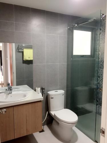 phòng tắm căn hộ  Green Valley Căn hộ 2 phòng ngủ Green Valley nội thất đầy đủ