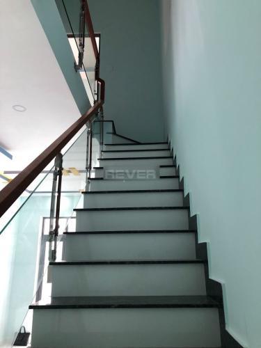 Cầu thang nhà phố Trường Lưu, Quận 9 Nhà phố hẻm 6m hướng Đông, thiết kế đại sang trọng.