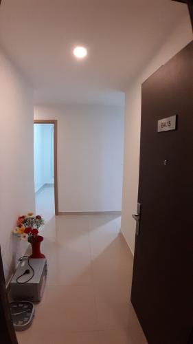 Bên trong căn hộ Sunrise CityView Office-tel Sunrise CityView nội thất cơ bản gam trắng, dễ trang trí