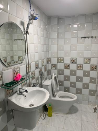 Phòng tắm nhà phố Cách Mạng Tháng 8, Quận 10 Nhà phố trung tâm quận 10, căn góc 2 mặt tiền hẻm, rộng 70m2.