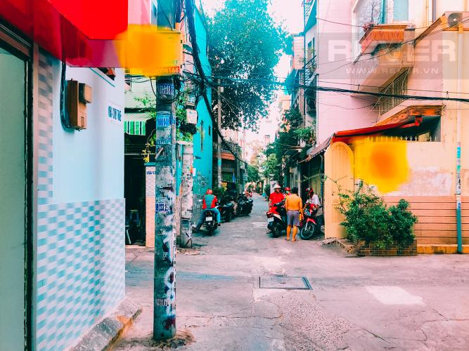 Lối Đi 1 Bán nhà phố trên đường Nguyễn Kim 69m2, 2PN 2WC, mặt tiền rộng