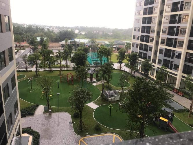 View căn hộ Vinhomes Grand Park Căn hộ Vinhomes Grand Park thiết kế hiện đại, ban công view thành phố.