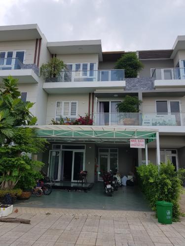 Mặt trước nhà phố Quận 9 Bán nhà 3 tầng đường Trịnh Công Sơn, Quận 9, hướng Đông Nam, thuộc khu nhà phố Rio Vista Khang Điền