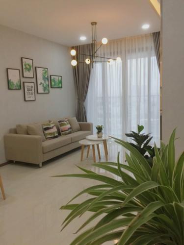 Phòng khách căn hộ One Verandah Căn hộ One Verandah đầy đủ nội thất, view thành phố và sông.