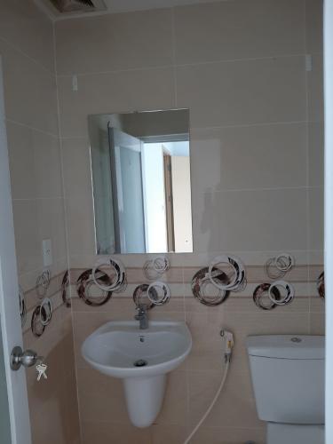 Phòng tắm căn hộ Oriental Plaza Căn hộ Oriental Plaza nội thất cơ bản, view thành phố thoáng mát.