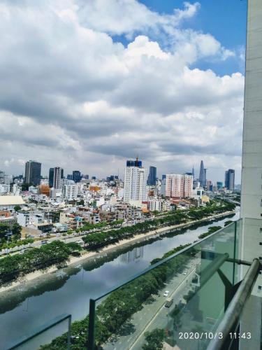 View ban công The Gold View, Quận 4 Căn hộ The Gold View tầng trung, đón view sông Sài Gòn mát mẻ.