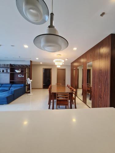 Căn hộ Vinhomes Central Park hướng Đông, nội thất đầy đủ.