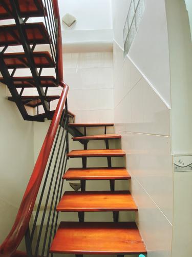 Cầu thang nhà phố Vĩnh Viễn, Quận 10 Nhà phố trung tâm quận 10, hướng Tây, đầy đủ nội thất.