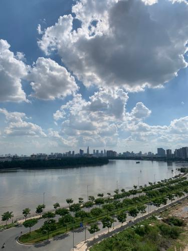 View ban công One Verandah  Căn hộ tầng 17 One Verandah, view thành phố và sông.