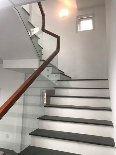 Cầu thang nhà phố Quận 9 Cho thuê nhà phố Melosa Garden, Quận 9, DT 188m2, không nội thất, kết cấu 3 tầng