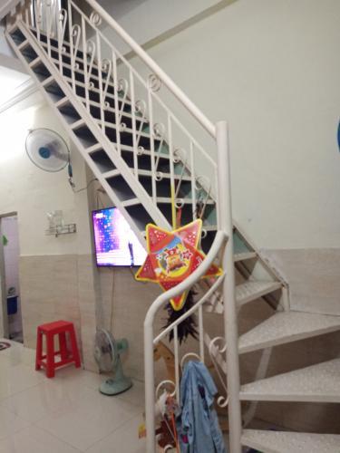Cầu thang nhà phố Hoàng Hữu Nam, Quận 9 Nhà phố hẻm Hoàng Hữu Nam đầy đủ nội thất, hướng Đông Bắc.