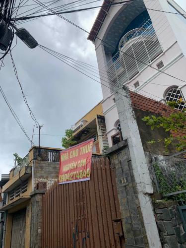 Mặt trước nhà phố Mai Văn Ngọc, Phú Nhuận Nhà mặt tiền Phú Nhuận, diện tích rộng, nội thất cơ bản.
