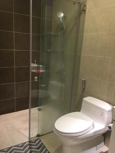 Phòng tắm Icon 56, Quận 4 Căn hộ Icon 56 tầng trung, ban công đón view thoáng mát.