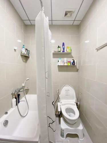 Nhà vệ sinh Ehome S Nam Sài Gòn, Bình Chánh Căn hộ Ehome S Nam Sài Gòn tầng trung, bàn giao đầy đủ nội thất.
