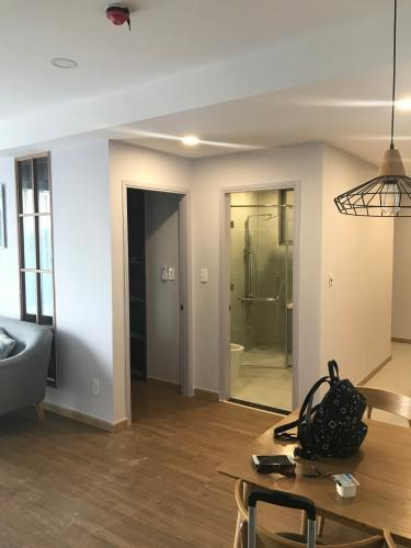 Phòng khách căn hộ Hưng Phúc Premier Bán căn hộ Hưng Phúc Premier, tầng thấp hướng nhìn ra sông đi kèm nội thất cơ bản.