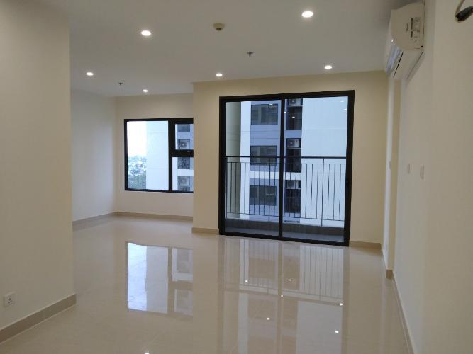 Phòng khách Bán căn hộ Vinhomes Grand Park sàn gỗ, nội thất cơ bản.