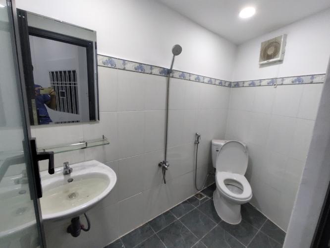 Phòng tắm nhà phố Tân Phú Nhà phố diện tích sử dụng 125m2 hướng cửa Đông Nam, thiết kế kỹ lưỡng.