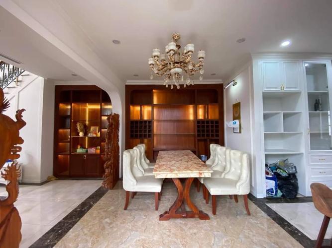 Bán biệt thự đường Lã Xuân Oai, diện tích đất 122m2, diện tích sàn 244m2, nội thất cơ bản, sổ hồng đầy đủ.