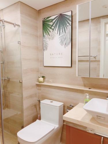 toilet Căn hộ Vinhomes Golden River tầng cao, view  lộng gió.