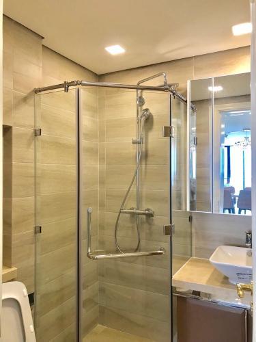 phòng tắm Căn hộ Vinhomes Golden River nội thất đầy đủ, tầng cao.