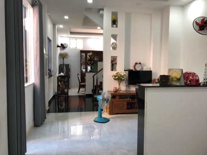 Phòng khách nhà phố đường Lam Sơn, Tân Bình Nhà phố hướng Đông Nam diện tích 60m2, vị trí thuận tiện kinh doanh.