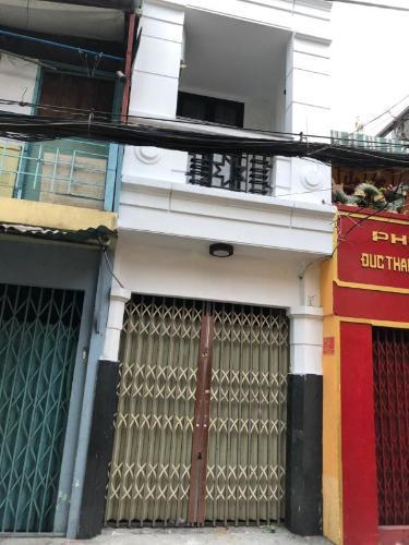 Chính diện  nhà phố quận 4 Bán nhà hẻm Đoàn Văn Bơ, nội thất cơ bản, diện tích 2.46x17.3m.