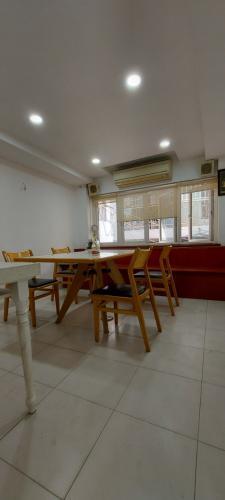 Phòng ăn nhà phố Lê Văn Sỹ, Quận 3 Nhà phố trung tâm quận 3, hướng Đông Nam, hẻm xe máy quay đầu.