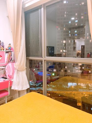phòng ngủ căn hộ Masteri Millennium Căn hộ Masteri Millennium đầy đủ nội thất, view thành phố sầm uất.