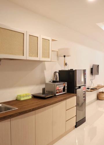 Phòng bếp căn hộ Saigon Royal Căn hộ Saigon Royal cửa chính hướng Tây Bắc, đầy đủ nội thất.
