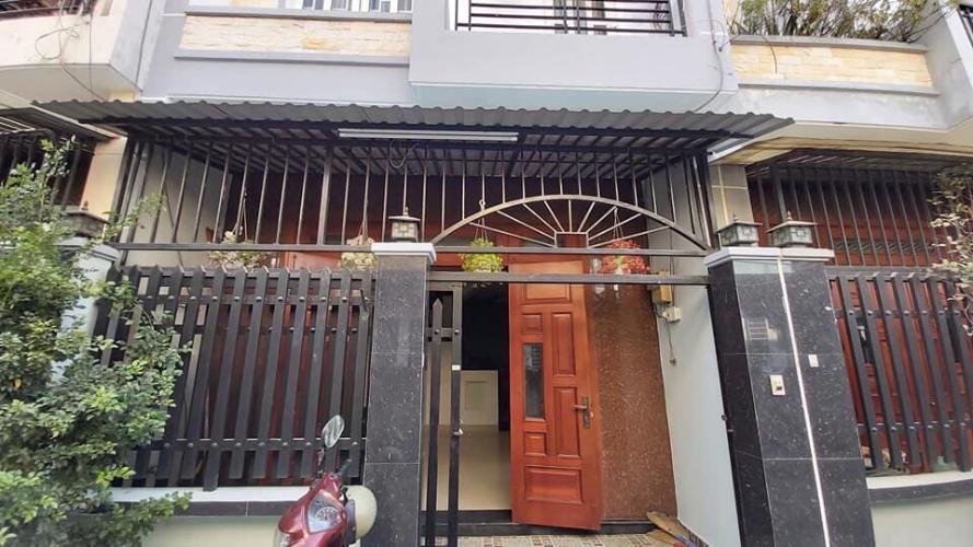 Bán nhà phố phường Thạnh Lộc, Q.12 nội thất cơ bản, sổ hồng chính chủ.