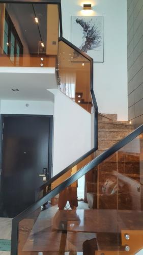 Cầu thang thông tầng căn hộ Feliz En Vista Bán căn hộ thông tầng Feliz En Vista đầy đủ nội thất sang trọng.