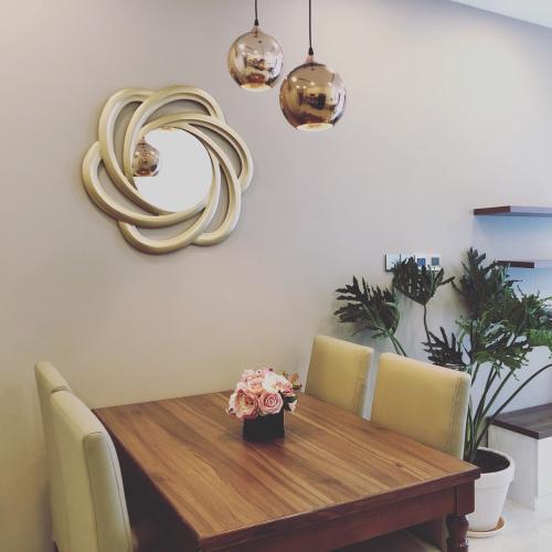Phòng ăn căn hộ Vinhomes Golden River Bán hoặc cho thuê officetel Vinhomes Golden River 1PN, đầy đủ nội thất, view kênh Thị Nghè
