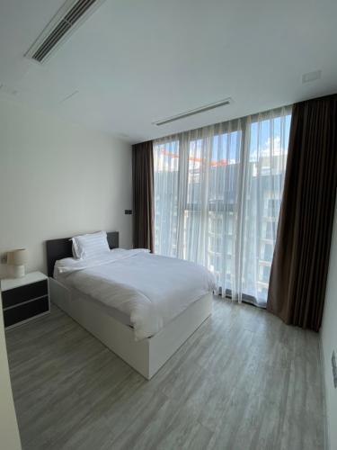 phòng ngủ Căn hộ Vinhomes Golden River hướng Đông Bắc, tầng cao.