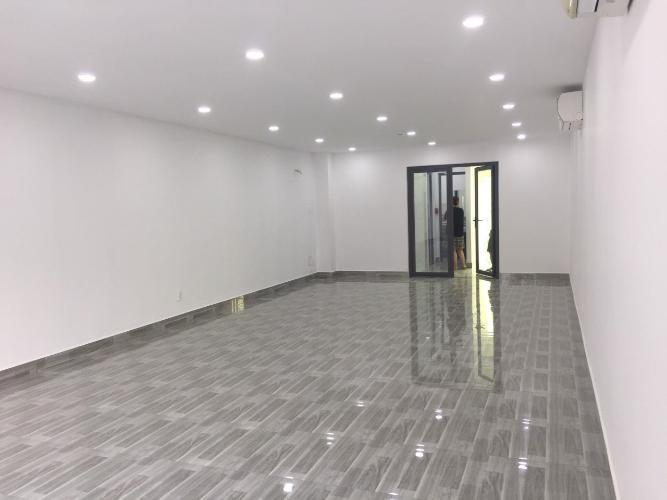 Bên trong tòa nhà Quận 9 Tòa nhà kinh doanh diện tích 5.4mx20m đầy đủ nội thất, có tầng hầm.