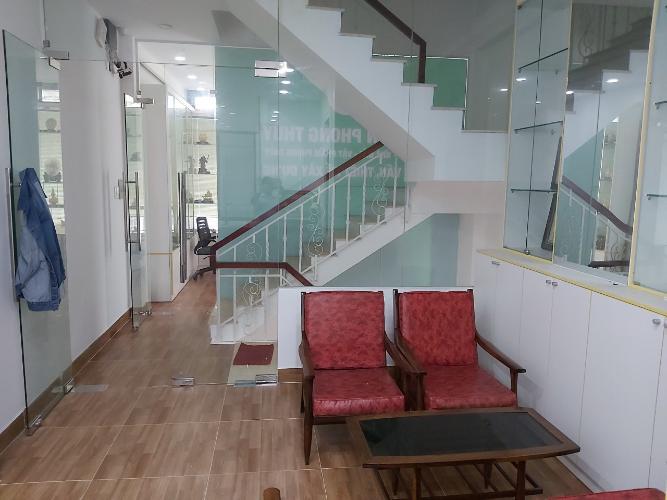 Phòng khách nhà phố quận 9 Nhà phố quận 9 nội thất cơ bản, có hầm để xe hơi.