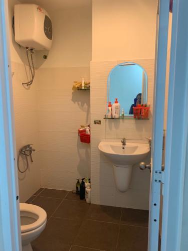 Phòng tắm căn hộ Belleza Căn hộ tầng 10 Belleza Apartment thiết kế hiện đại, đầy đủ nội thất.