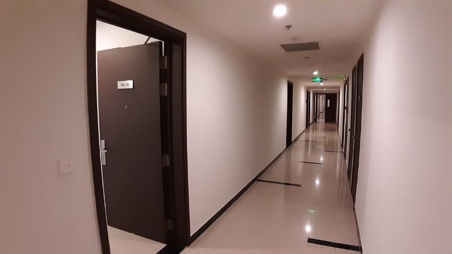 Hành lang căn hộ Office-tel Sunrise CityView nội thất cơ bản gam trắng, dễ trang trí