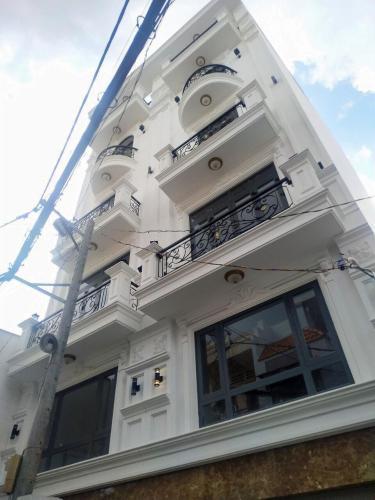 Nhà phố hướng Đông Nam, gần đại lộ Phạm Văn Đồng.