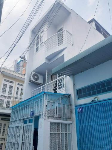 Nhà phố hẻm Lê Quang Định nội thất cơ bản, sân thượng rộng.