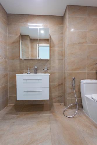 Phòng tắm Léman Luxury Apartment Căn hộ Léman Luxury Apartments ban công hướng Đông Nam, view tầng cao.